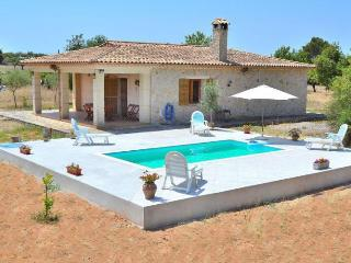 137 Cozy rustic country house. Comfort and pool!, Llubí