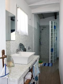 bagno completamente ristrutturato con doccia in muratura