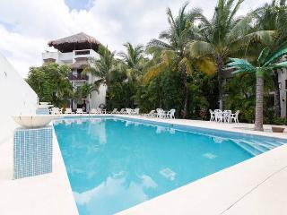 Low price! Charming 2 bed ph only steps to beach!