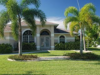 4 bed/2 bath Home on a wide canal /Salt Water Pool, Cape Coral