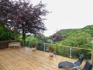 BRYN BERWYN, spacious pet-friendly cottage with sea views, WiFi, Tresaith, Ref 912945
