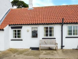 OLD JOINER'S SHOP, single-storey cottage near beach, shared patio, near Bridlington, Ref 927210