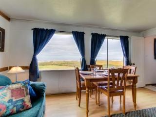 The Driftwood: Ocean Front Cottage Sleeps 8, Yachats