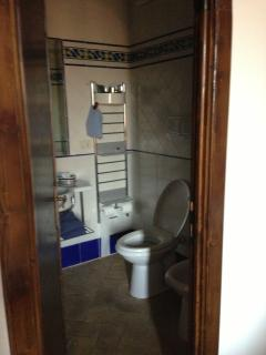 Spazioso Bagno in camera con doccia; Comftorable Bathroom with shower.