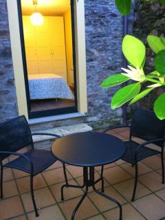Patio interior con muebles de jardín