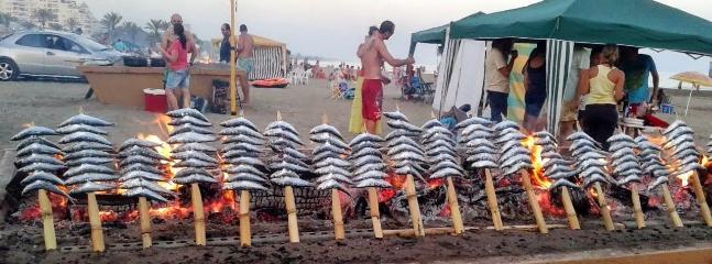 A tres minutos andando está la playa de la que podrá disfrutar de estos espetos de sardinas.