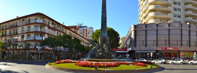 Monolito en plaza del mercado de Fuengirola a dos km de la casa.