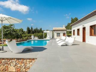 156 Modern and stylishly furnished villa with pool