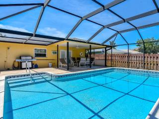 Walk to Vanderbit Beach and Mercato, Heated Pool, Naples Park