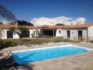 Villa paysagee avec piscine proche mer, commerces