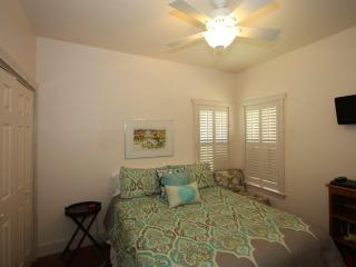 Silver House Suite - Just a Short Drive to Main St
