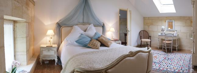 Chambre d'Ivoire, another french style Louis XV1 bed and same deluxe bedding