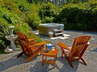 Surf Shack Cabin by the Beach with Private Hot Tub, Tofino