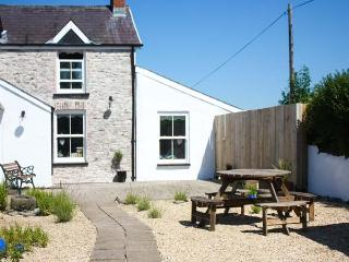 THE DEN, semi-detached cosy cottage, woodburner, WiFi, on a smallholding near Carmarthen, Ref 920073, Llanybri