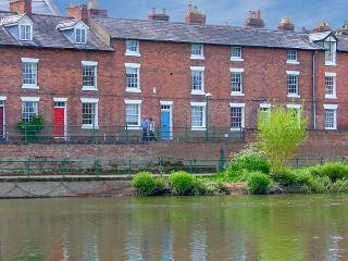 MARINE TERRACE, overlooking the River Severn, three king-size double bedrooms, Shrewsbury