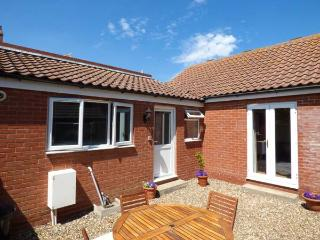 ST WINIFREDS, ground floor, WiFi, close to beach, pet-friendly cottage in Mundesley, Ref. 925268