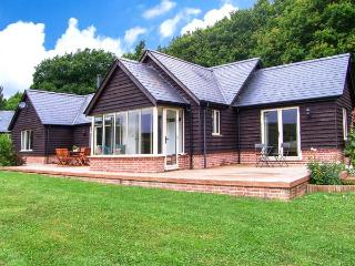 FARLEY LODGE, ground floor lodge within 2000 acre nature reserve, WiFi, en-suite, near Farley, Ref 925646