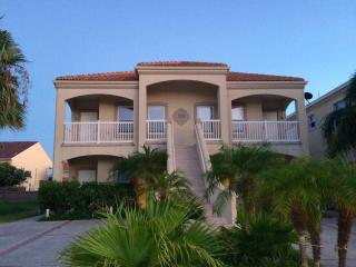 Ground unit 2 Bd 2 Bth Sleeps 8, block from beach, Ilha de South Padre