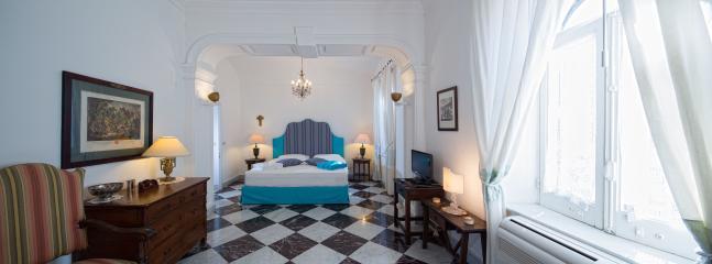 La Suite con i suoi ampi spazi ed il grande letto, vi coccoleranno per tutto il vostro soggiorno