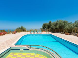 Argiro Villa II, stunning view and pool!, Maroulas