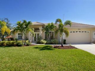 Pool- Boat dock- Delightful 3 bedroom luxury villa- On water way- Elegantly decorated- Pet friendly, Cape Coral