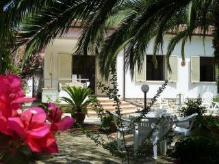 Appartamento con ampio giardino vicino spiaggia, Lacona