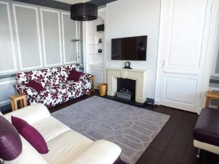 THE FLAT, town centre, WiFi, parking, character features, apartment in Barnard C