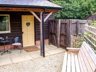 LITTLE FARLEY, detached, en-suite, WiFi, parking, in Bentley Woods near Farley,
