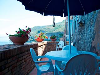 HOUSE WITH PRIVATE BEACH AND POOL IN THE CASTLE, Vico Equense