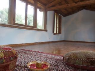 Sala yoga realizzata in balle di paglia e legno