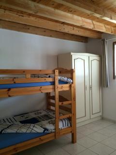La chambre 'Phare de Richard' : une des 2 chambres enfants, avec ses lits superposés et l'armoire