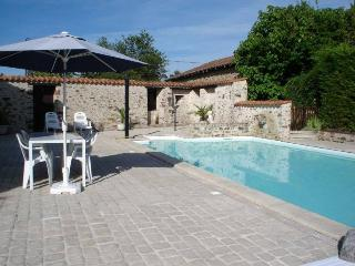 Les Hirondelles French country cottage with pool, Le Lindois