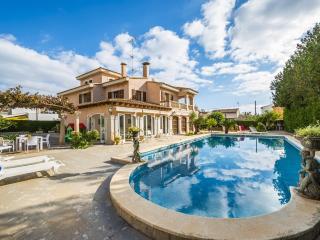 Casa con piscina y grandes espacios exteriores.
