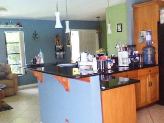 Apartment in central Cape Coral (10 min. to beach)