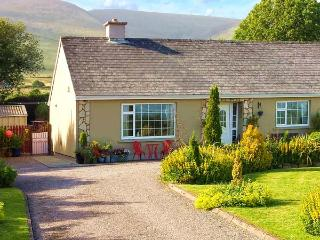 CAHERCONREE, pet friendly, with a garden in Inch, County Kerry, Ref 4463