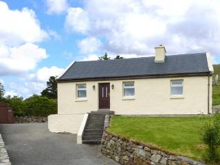 SPRING BANK COTTAGE, all ground floor, garden, multi-fuel stove, in Leenane