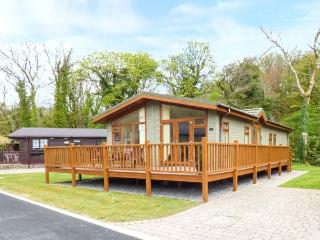 BROOKSIDE LODGE, ground floor lodge on a quiet holiday park beside stream, private decking with furniture, on-site children's play area, near Stepaside, Ref 924692