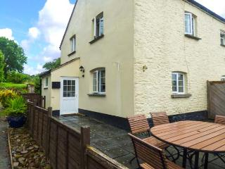 COURT COTTAGE, pet-friendly, woodburner, off road parking, surrounded by countryside, near Holsworthy, Ref 927711