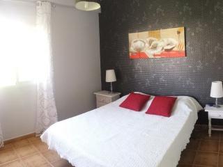 una habitacion con cama de 150 con aire acondicionado ( sábanas incluidas )