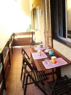 balcón interno con una mesa y 4 sillas