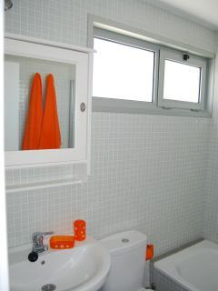 Baño completo en suite de la habitación principal.