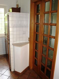 La porta scorrevole tra la scala e la cucina