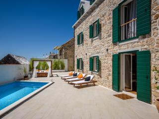 LUXURY VILLA INFINITY with HEATED POOL, Donji Humac