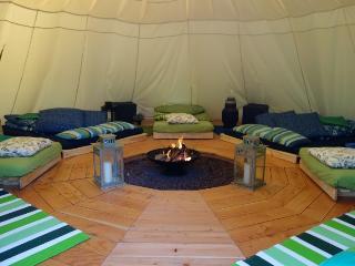 Intérieur tipi 'GINKO' 2 grands lits, 5 simples et 1 lit d'appoint pour enfant = 10 places
