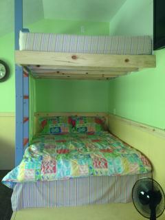 FUN QUEEN BUNK BED IN BUNKROOM