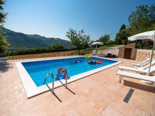 casa vacanze con piscina ad acqualagna