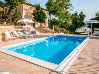 piscina con vista struttura