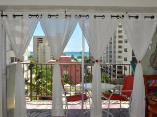 Jenny's Cottage Waikiki Ocean view,Romantic,,Central AC, Close to beach. Parking