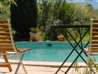 In the Var, Provence, idyllic stone cottage 'Coté Sud' with terrace, shared pool and pergola, Les Mayons