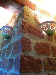 Dettaglio interno, colonne in pietra e luci in maiolica